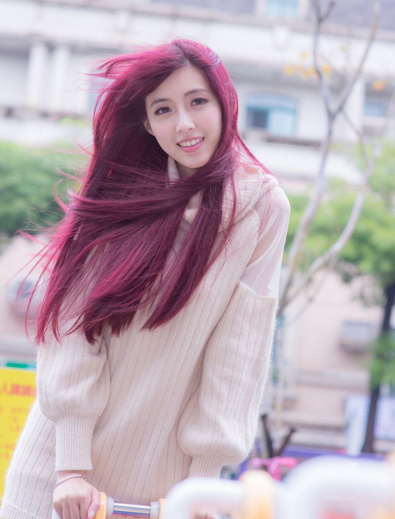 酒红头发美女穿着毛线衫