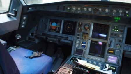 > 正文       a:首先让我们先来看看神秘的驾驶舱,如此繁多的的按钮