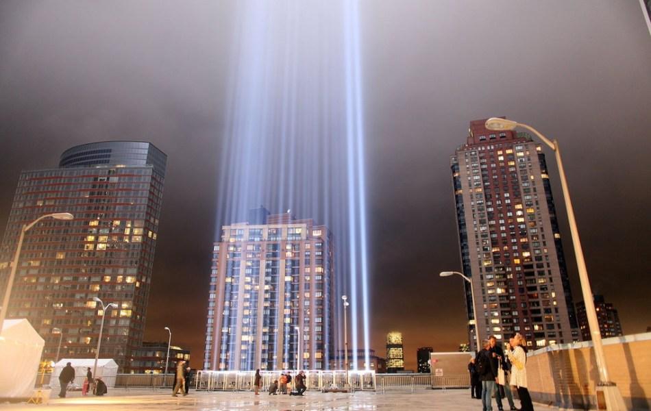 世贸中心遗址附近的纪念光柱再次