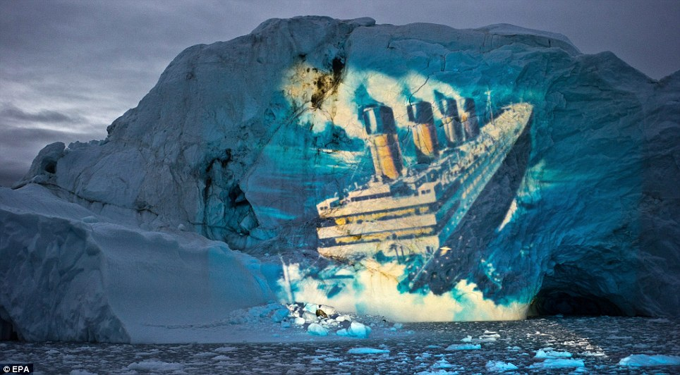 光线艺术家在冰山上重现泰坦尼克号沉没时景象