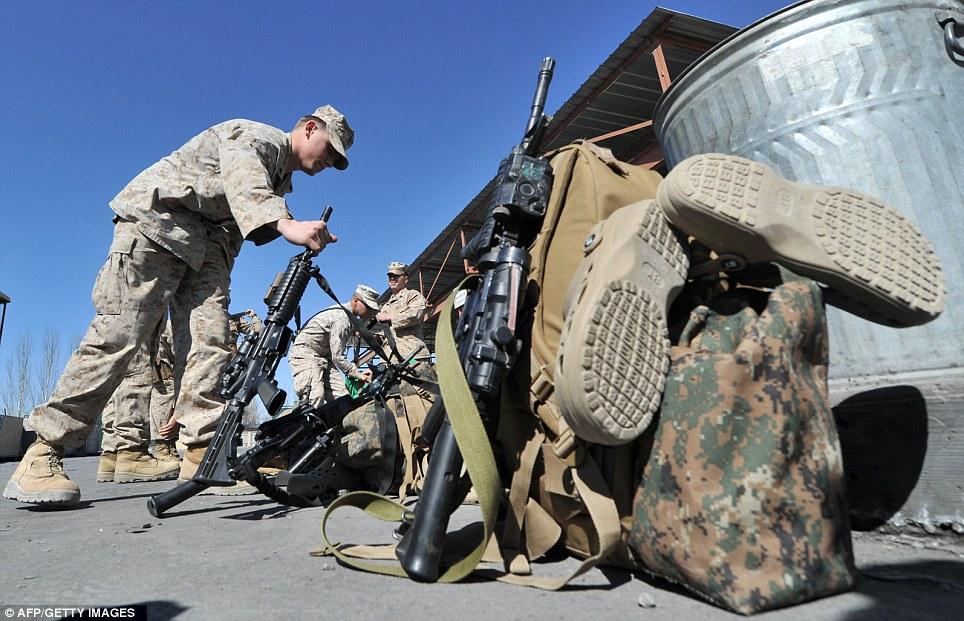 美国大兵是如何抵达阿富汗的?运兵飞机舱犹如科幻片