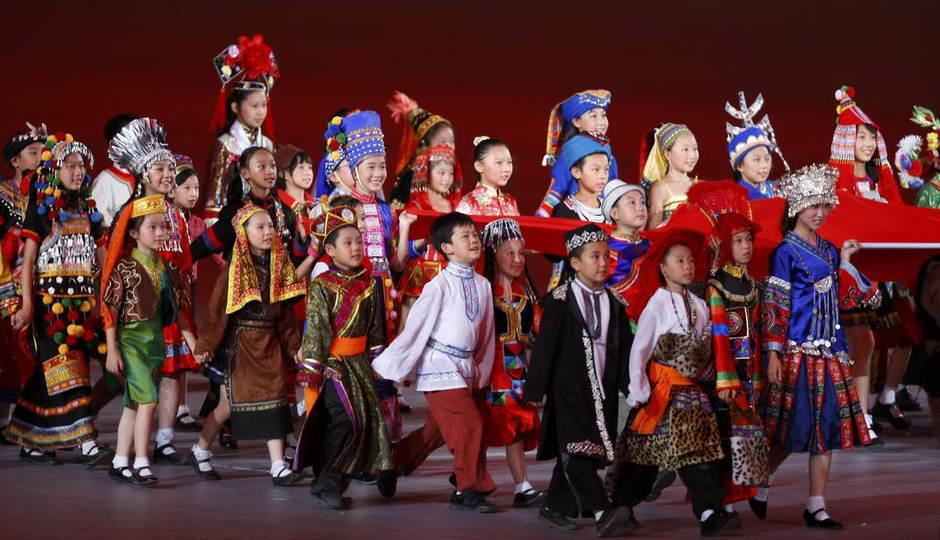 奥运会上,代表56个民族的儿童穿着民族服饰入场,但是败笔的是竟